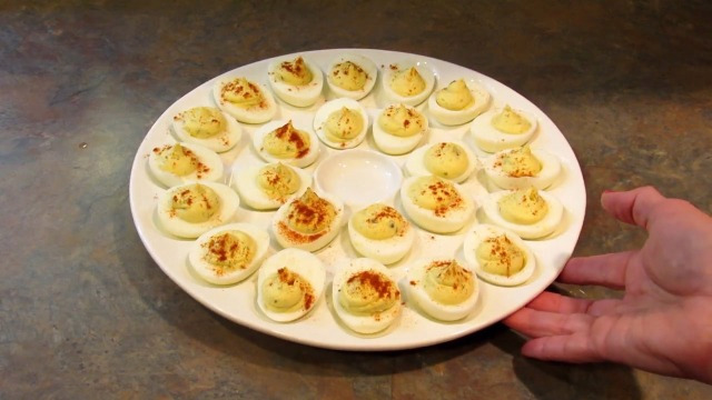 Hanna K Signature Collection Deviled Egg Tray with Lid King Zak