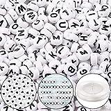 Outuxed 1500 Buchstaben Perlen 4 x 7mm Acryl-Weiße Runde Buchstabenperlen mit 9 Metern Elastischem Kristall Schnurband für Schmuck Halskette Armband DIY