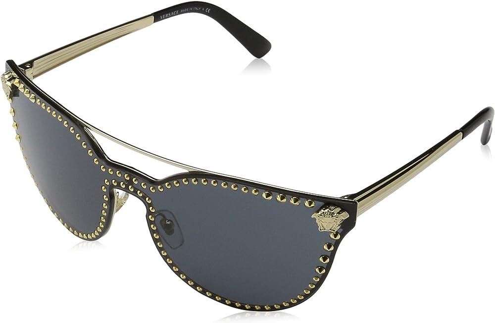 Versace, occhiali da sole da donna, a mascherina con borchie, montatura in metallo, colore lenti grigie VE2177