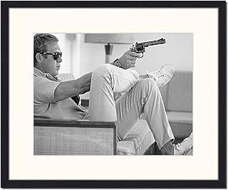"""Jacob Baden """"Steve McQueen avec Pistolet Impression encadrée Multicolore"""