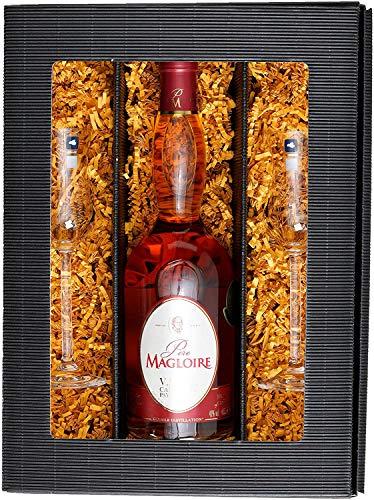Hochwertiges Geschenkset: Eine Flasche Original Pays d'Auge Calvados Père Magloire VSOP (1 x 0.7 l) mit zwei Original Leonardo Calvados Gläsern im attraktiven Geschenkkarton verpackt