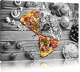 köstliche Pizza auf Holztisch schwarz/weiß Format: 60x40