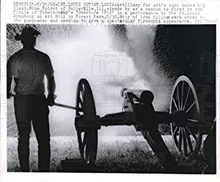 Historic Images - 1969 Vintage Press Photo Mike Poirot fires cannon for St Louis Overture 1812 performance