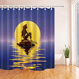 GooEoo フェアリーテールの装飾、漫画マーメイドは、月光ポリエステルのファブリックの防水バスカーテン、71X71インチの石に座って、シャワーカーテンフックが含まれて、黄色