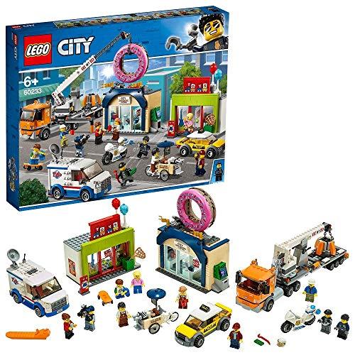 LEGO CityTown InaugurazionedelNegoziodeiDonut, Set Automobiline Giocattolo con Moto della Polizia, Camion con Rimorchio, Gru e 10 Minifigure, 60233