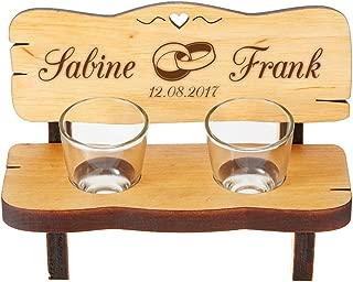 Casa Vivente Schnapsbank mit Gravur – Mit Zwei Schnapsgläsern – Personalisiert mit Wunschnamen und Datum – Motiv Ringe – Kleine Bank aus Erlenholz – Hochzeitsgeschenk