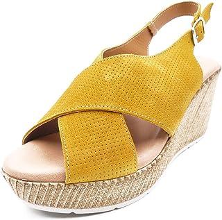 Fanny Valero, sandalo da donna in pelle scamosciata color senape, chiusura fibbia, suola in gomma a cuneo di 9 cm con piat...