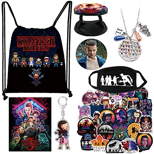 DOUBLEME Stranger THlNGS Merchandise, 1 poster, 50 adesivi, 1 portachiavi, 1 spille, 1 collana + 1 supporto per anello telefonico, set regalo per fan, Stranger Things Merch