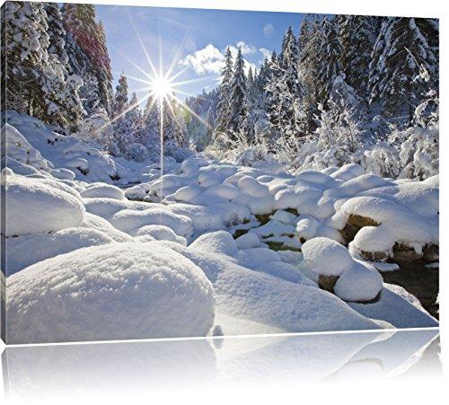 Pixxprint Sonnenstrahlen im schneebedeckten Wald, Format: 60x40 auf Leinwand