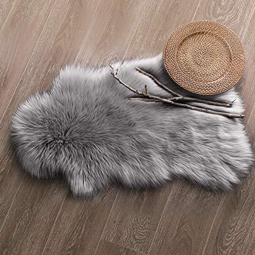 QINGLOU Faux Lammfell Schaffell Teppich (50 X 80 cm) Wohnzimmer Schlafzimmer Kinderzimmer/Als Faux Bett-Vorleger oder Matte für Stuhl Sofa (Grau, 50 X 80 cm)
