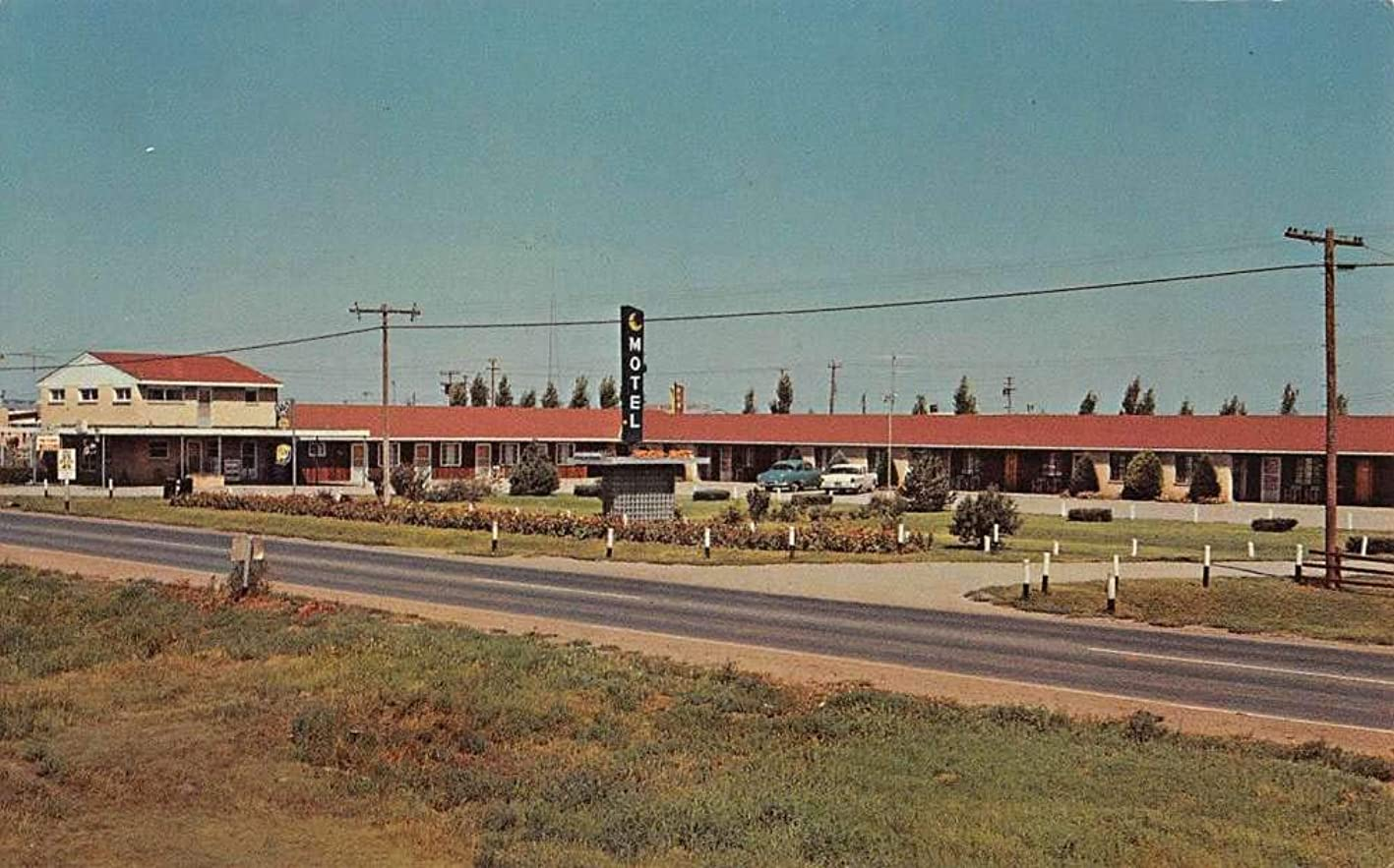 Meade Kansas Moon Mist Motel Street View Vintage Postcard K431469 vlfjeonqryt064