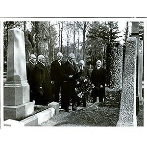 Vintage photo of Wreath closure by Artur Thiel's grave – 1 November 1937