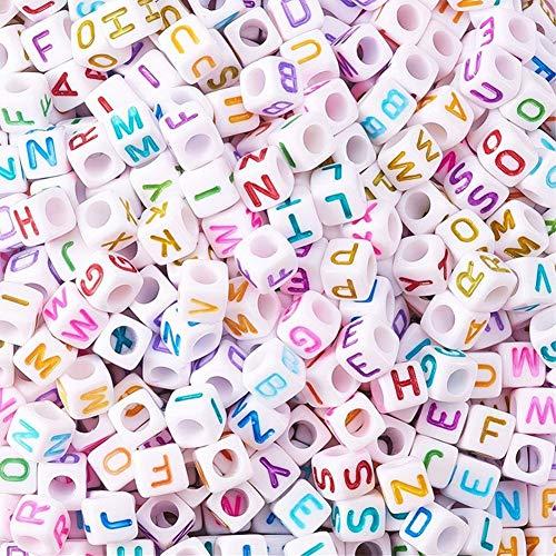 Cheriswelry 2600 cuentas blancas de acrílico con letras en forma de cubo de colores con letra inicial A~Z espaciadores sueltos para nombres, joyas, collares, pulseras y llaveros