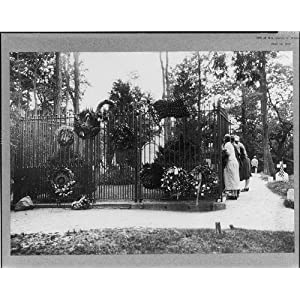 Photo: Grave,Theodore Roosevelt,tombs,wreaths,Long Island,Oyster Bay,New York,1920s