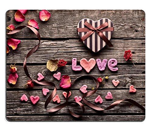Luxlady Gaming Mousepad IMAGE ID: 35305571 Woord Liefde met hartvormige Valentijnsdag geschenkdoos op oude vintage houten platen Zoete vakantie achtergrond met rozenblaadjes kleine harten gebogen lint