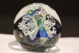 riproduce il dipinto Market scene di L.S Lowry Fermacarte in vetro bombato