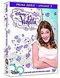 Violetta è una ragazza timida e riservata che possiede una voce magnifica ereditata da sua madre, una celebre cantante scomparsa quando lei non era che una bimba. Superprotetta dal padre, Violetta spera di trovare la felicità lasciando Madrid per la ...