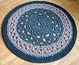 Alfombra redonda mandala hecha a mano en trapillo grueso verde y gris de 105 cm. en crochet. Pieza única. Lista para envío.