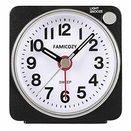 Famicozy Kleiner Wecker mit Schlummer und Hintergrundbeleuchtung, Nicht tickend, Crescendo-Alarm, batteriebetrieben, schwarz