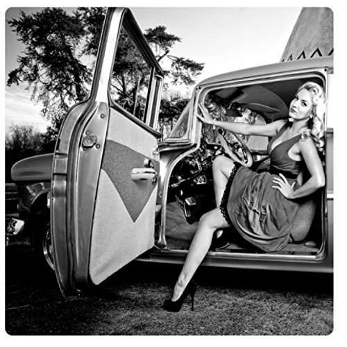 1art1 Oldtimer - Girl In A Car B/w Acrylglas-Bild 29 x 29 cm