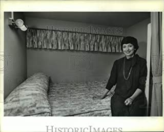 Historic Images - 1989 Press Photo Decorator Gayle Bird in 'Lone Wolf' Yacht Bedroom in Lafitte