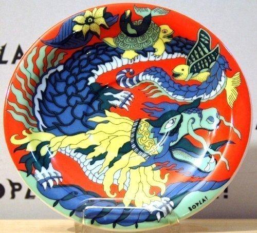 Dragon Drache (Grundfarbe rot) BOPLA Porzellan Unterteller 16cm aus der Serie Fantasia zu allen BOPLA Kaffee- oder Tee- Tassen 0,18l und zum Becher / MUG / Maxitasse 0,30l) auch MINI TELLER für alles Kleine und Feine - MINI ASSIETE - MINI PIATTO - MINI PLATE, SAUCER - MINI PLATO - 16 cm, 6-1/4 in. mircowellengeeignet, kältebeständig, ofenfest, spülmaschinenfest, gastronomiebewährtes Hartporzellan Schweizer Qualität. Einzelgewicht: 210g