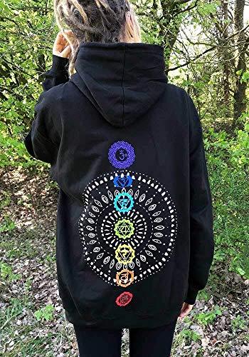 Schwarzer Hoodie mit Mandala und Chakren in Regenbogen Farben und einer blauen Lotus Blüte auf der Brust