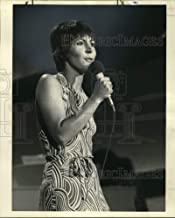 Historic Images - 1977 Press Photo Singer Helen Reddy Performs on Television