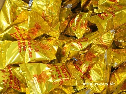 yoaxia ® - 50 Glückskekse je 6g, einzeln in Goldfolie verpackt ~ Marke DIAMOND [YOAXIA] + ein kleines Glückspüppchen - Holzpüppchen