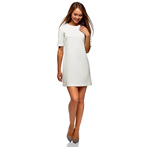 Una mujer vestida de blanco