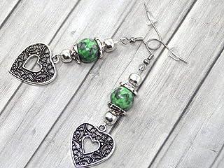 Orecchini da donna in perle di giada tinta verde e nera con pendente in filigrana a forma di cuore