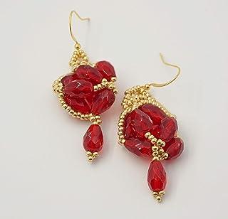 orecchini asimmetrici diversi ricamati con gocce vetro rosse e perline di precisione vetro, regalino amica