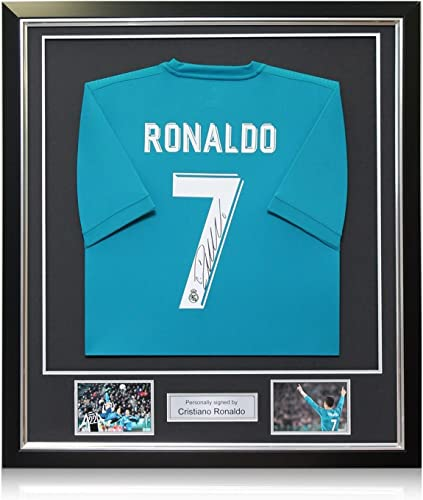 Exclusive Memorabilia Maillot Bleu du Real Madrid Signé par Cristiano Ronaldo. dans Un Cadre de Luxe
