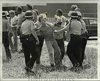 Vintage Photos 1986 Press Photo pickets Police at Toy's R Us in Parmatown - cva76130 - Historic Images