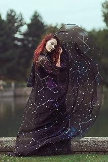 Capa con cola de constelaciones y estrellas
