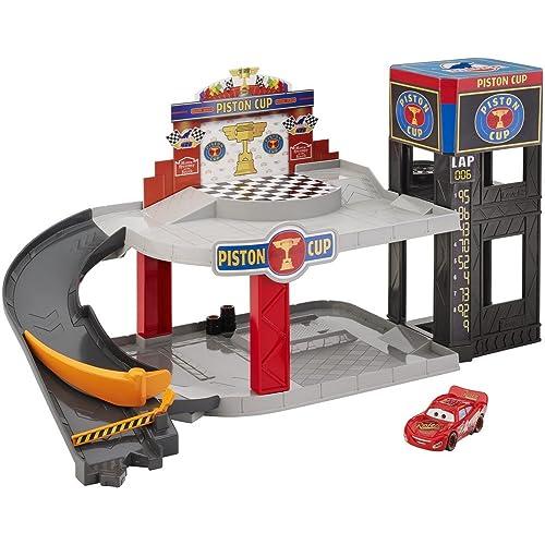 Disney Pixar Cars Coffret Garage Piston Cup pour petites voitures, véhicule Flash McQueen inclus, jouet pour enfant, DWB90