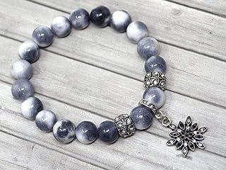 Bracciale da donna in perle di giada bianca colorate in grigio, nero e bianco e ciondoli a forma di stella con cristalli