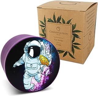 GrindNation Grinder Art Series 'Astronaut' - Grinder de 63 mm de diámetro, 4 Piezas, de Aluminio, con Molinillo Tallado y imanes Fuertes, Incluye Bolsa, raspador de Polen y Pincel