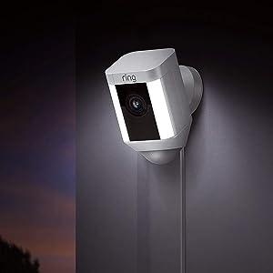 Ring Spotlight Cam Wired van Amazon, HD-beveiligingscamera met led-spots, alarm, tweeweg-audio, EU-stekker | Inclusief proefabonnement van 30 dagen op Ring Protect Plus | Wit