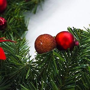 Yunhigh 2,7 m Guirlande de Noël avec lumières à Piles Guirlande Artificielle Poinsettia avec Boule de noël Ornement intérieur pour Balustrade Mantel Porte escalier - Rouge