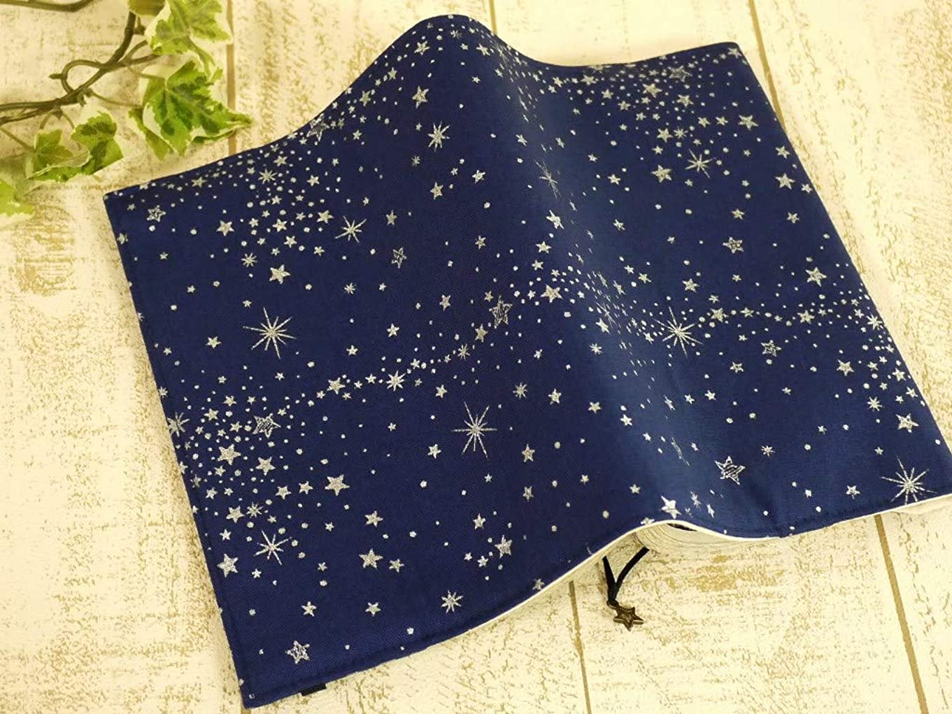 未知の落ち着いたマウスピース++proud++布製ブックカバー/B6サイズ[コミック]18.3×13++星[青/銀ラメ]ゴム付き++