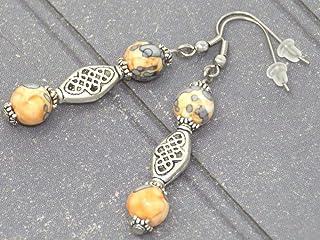 Orecchini etnici Zen con perle di giada ricostituite arancione e nera e perle tibetane