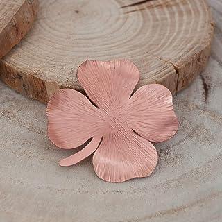 Broche trebol cuatro hojas en color rosado, broche ropa, textura.