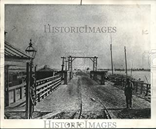 Historic Images - Press Photo Union Pickets Stand Guard at Long Bridge Across The Potomac River