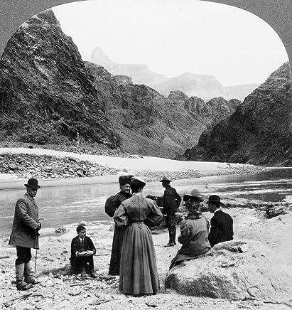 Gran Cañón Sightseers Na Vista del Gran Cañón en Arizona Mirando hacia la Torre Zoroaster mostrando Grupo de turistas de pie en los Bancos del río Colorado Estereógrafo 1906 Póster Impreso por (2