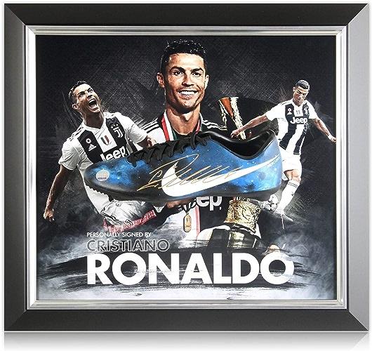 Exclusive Memorabilia Chaussure de Football signée par Cristiano Ronaldo  présentation de la Juventus