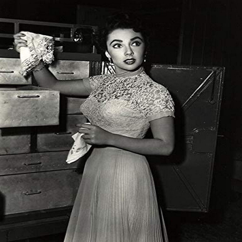 Posterazzi DAP17764 Elizabeth Taylor - Grabbing Handkerchiefs Photo Print, 8 x 10, Multi