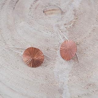 Pendientes geométricos disco textura en color rosado.