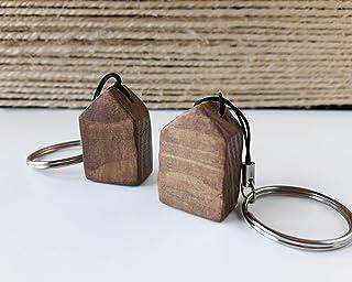 Mini llavero en forma de casa de madera de color nogal y estilo escandinavo