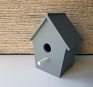 Casa de pájaros decorativa de madera en gris y de estilo nórdico y minimalista